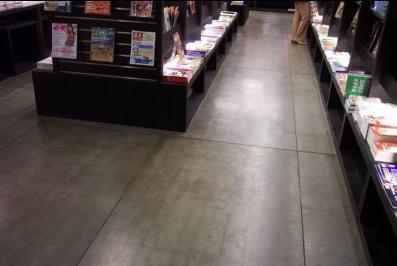 壁岩板铺地板